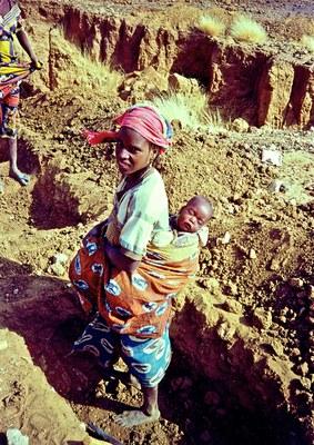 Frau mit Kind bei der Arbeit