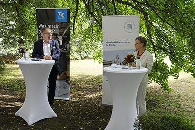 Sabine Kunst und Olaf Meier bei der Vertragsunterzeichnung