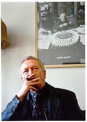 Dieter B. Herrmann in seinem Arbeitszimmer
