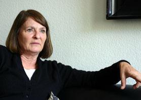 Monika Maron auf Sofa