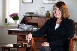 Monika Maron vor Schreibtisch
